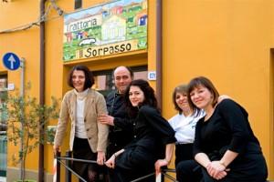 Ferrara, Marzo 2013: Trattoria Il Sorpasso. Beatrice Callegaro, lo chef Saro Mantarro, Ana, Ilaria e Chiara davanti alla trattoria.